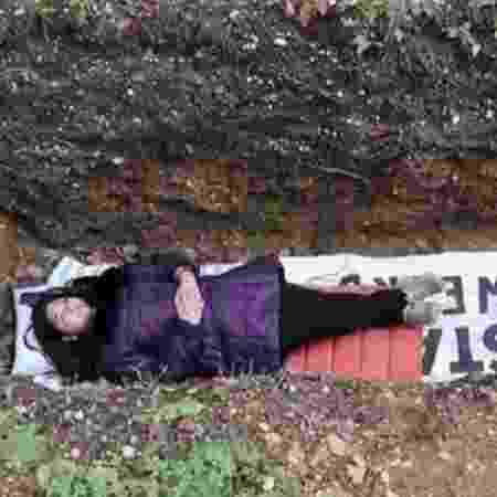 Estudante da Universidade Radboud, de Nijmegen, na Holanda, relaxa dentro de cova - Reprodução/Ruptly
