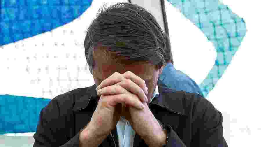 O presidente Jair Bolsonaro faz oração na Catedral de Brasília  - Sérgio Lima - 5.jan.2020/AFP