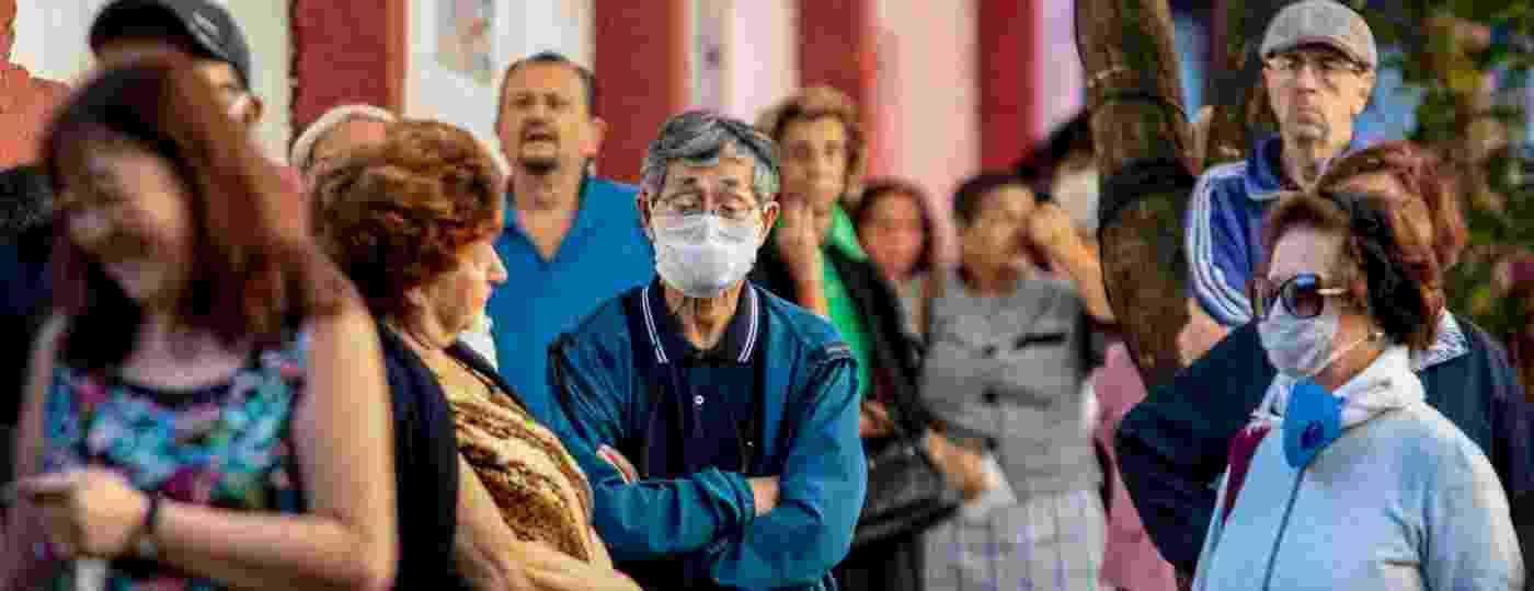 Idosos fazem fila na UBS Humaitá, no bairro da Bela Vista, região central de São Paulo, no início da vacinação contra a gripe - SUAMY BEYDOUN/AGIF