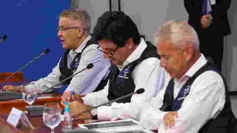 Ministério da Saúde, comandado por Luiz Henrique Mandetta (centro), não quer saber de bola rolando antes de junho - José Dias/PR