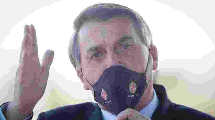 14.mai.2020 - O presidente da República, Jair Bolsonaro, é visto usando máscara de proteção durante entrevista na portaria do Palácio da Alvorada - DIDA SAMPAIO/ESTADÃO CONTEÚDO