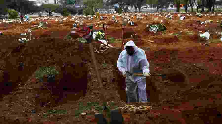 16.jul.2020 - Coveiros trabalham no cemitério da Vl Formosa - Amanda Perobelli/Reuters