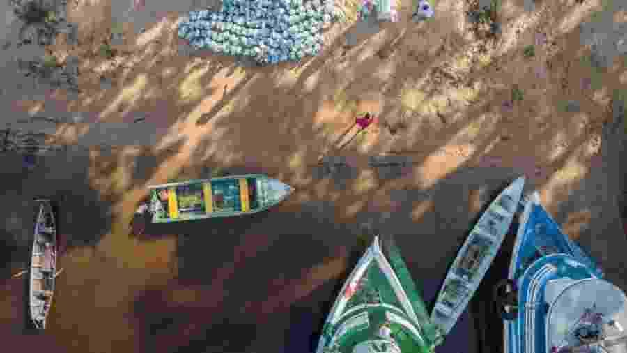 Para levar kits de limpeza às comunidades no Rio Arapiuns, é preciso fazer a entrega de barco - Leonardo Milano/Projeto Saúde e Alegria