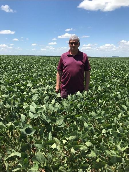 Paulo Lederes, produtor agrícola de São Gabriel (RS), no meio de uma plantação de soja. Ele costumava plantar arroz nessa área - Arquivo pessoal