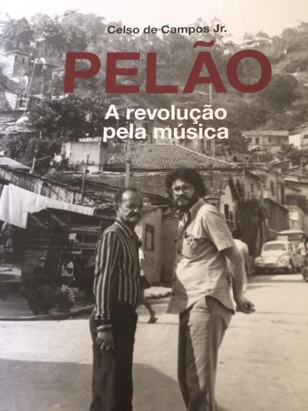 """Capa do livro """"Pelão - A revolução pela música"""". À direita, de barba, está Pelão; ao seu lado, o compositor Carlos Cachaça  - Divulgação"""