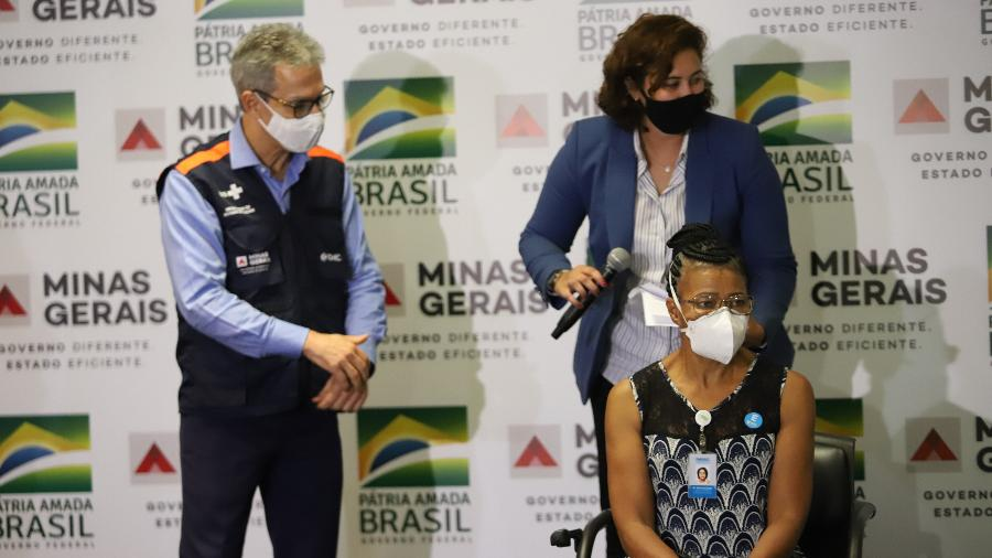 O governador de Minas Gerais, Romeu Zema, participa de ato simbólico do início da vacinação contra a covid-19 no Aeroporto Internacional de Confins, na Grande Belo Horizonte, na última segunda-feira (18) - RAMON BITENCOURT/O TEMPO/ESTADÃO CONTEÚDO