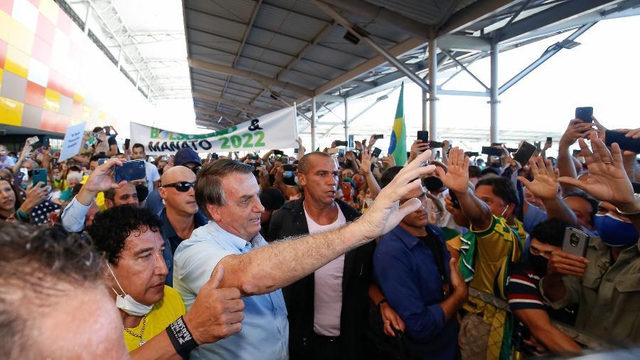 Presidente Jair Bolsonaro (sem partido) com apoiadores na saída do Aeroporto de Vitória, no Espírito Santo - Alan Santos / PR