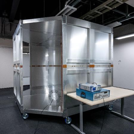 Quarto magnetizado consegue recarregar celulares pelo ar - Universidade de Tóquio/Nature Electronics