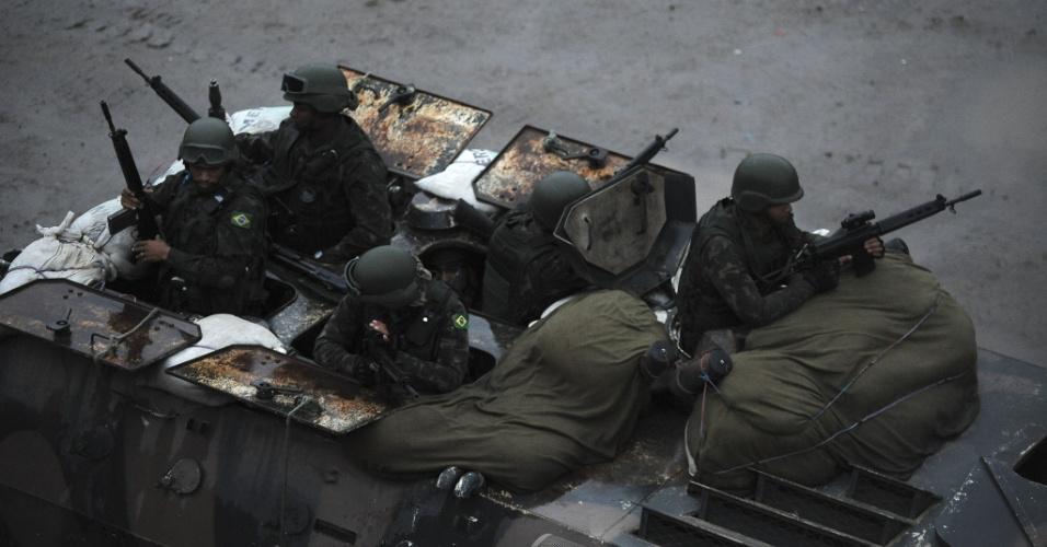 19.jun.2015 - Dentro de tanque, militares das Forças Armadas patrulham comunidade do complexo da Maré, na zona norte do Rio de Janeiro. A Força de Pacificação vai deixar as favelas no dia 30 de junho, após 15 meses de ocupação