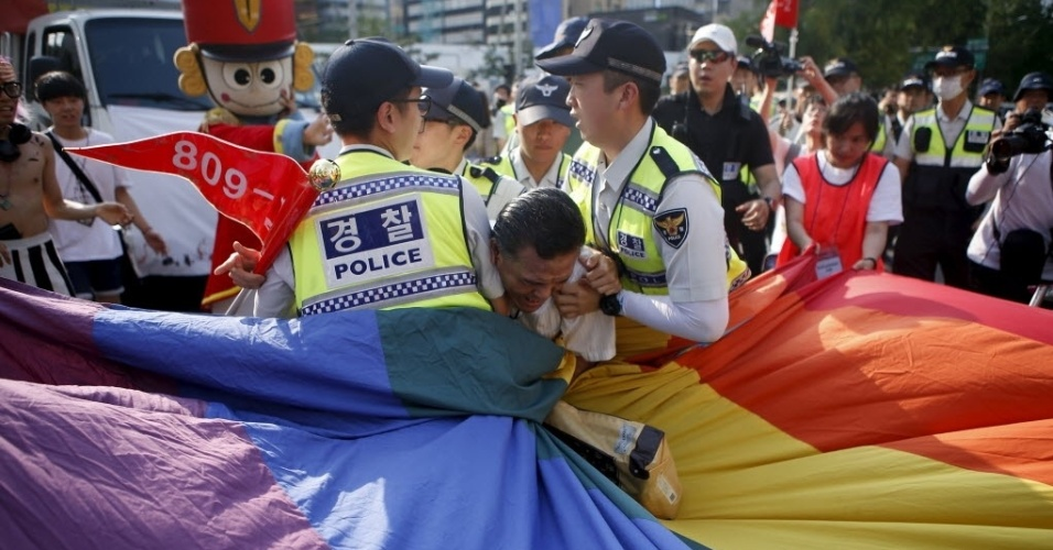 28.jun.2015 - Policias impedem que religioso pegue bandeira de ativistas durante a Parada Gay de Seul, na Coreia do Sul. Mais de 20 mil pessoas foram às ruas, segundo autoridades