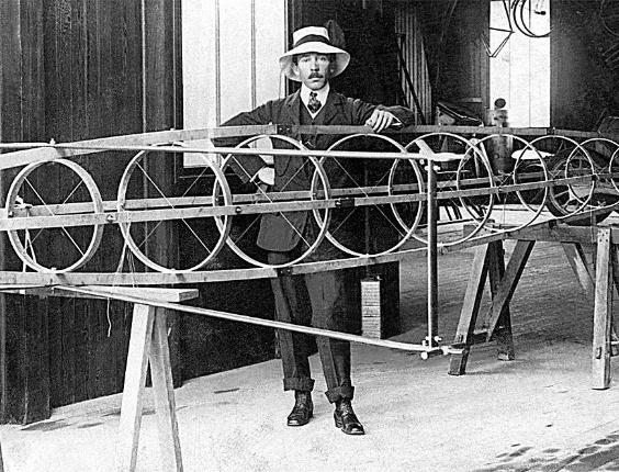 O aviador Alberto Santos Dumont com projeto de deslizador aquático