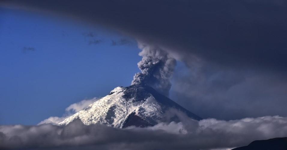 3.set.2015 - Vulcão Cotopaxi expele cinzas, no Equador. A atividade vulcânica, que começou em 14 de agosto, após 138 anos de silêncio, continuaram com as emissões de vapor e uma carga moderada de cinzas