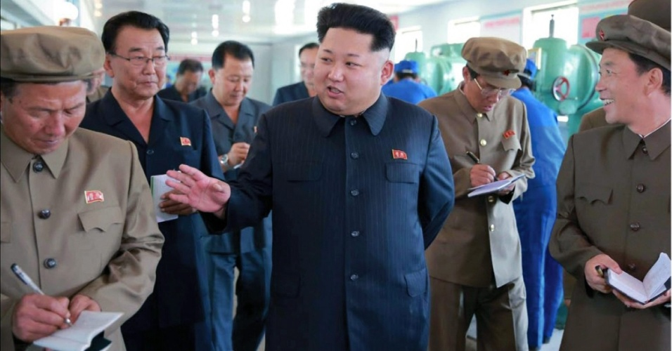 4.set.2015 - Funcionários norte-coreanos tomam notas durante a visita do líder do páis, Kim Jong-un, a uma fábrica de instrumentos de medição, localizada próxima a fronteira com a China. A data da visita não foi divulgada pelo jornal oficial Rodong Sinmun