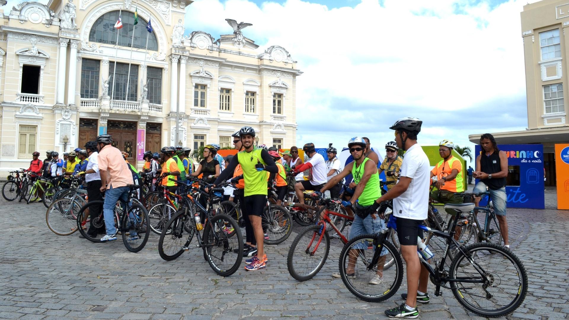 22.set.2015 - Passeio ciclístico marca o Dia Mundial sem Carro em Salvador (BA), nesta terça-feira. Os ciclistas se concentraram em frente à Câmara Municipal