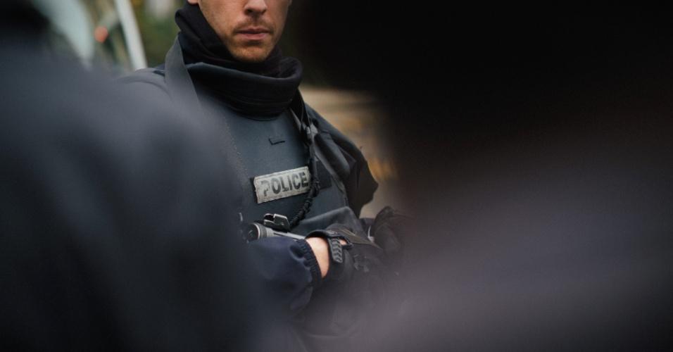 15.nov.2015 - Policiais reforçam a segurança nas proximidades dos locais que foram alvo dos ataques terroristas em Paris, na França. Ao menos 129 pessoas morreram e outras 350 ficaram feriadas. A autoria das ações foi assumida pelo grupo extremista Estado Islamico