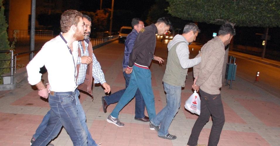 21.nov.2015 - A polícia turca deteve um belga de origem marroquina identificado como Ahmed Dahmani (de jaqueta preta) e outros dois homens de origem síria em Antália (Túrquia). Os jovens são suspeitos de envolvimento na preparação dos atentados de 13 de novembro em Paris, na França, que deixaram 130 mortos