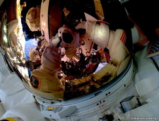 """2.mar.2016 - Em  outubro, Scott foi um dos dois astronautas a bordo da Estação a fazer uma 'caminhada espacial' - eles fizeram consertos e manutenção. A caminhada teve que ser adiada após Kjell Lindgren acionar o fornecimento de água de seu traje cedo demais. (#SpaceWalkSelfie Grande primeira caminhada espacial ontem. Prontos para a próxima"""")"""