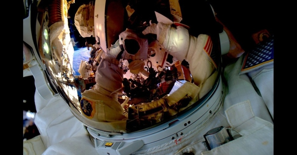 2.mar.2016 - Em  outubro, Scott foi um dos dois astronautas a bordo da Estação a fazer uma 'caminhada espacial' - eles fizeram consertos e manutenção. A caminhada teve que ser adiada após Kjell Lindgren acionar o fornecimento de água de seu traje cedo demais. (#SpaceWalkSelfie Grande primeira caminhada espacial ontem. Prontos para a próxima