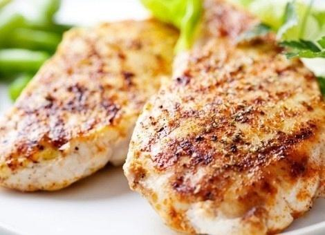 O comercial de filé de frango da Marmotex acompanha arroz, feijão, batata frita e salada (alface, tomate, molho vinagrete); preço: R$ 15