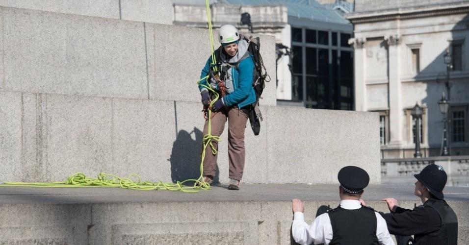 18.abr.2016 - Policiais esperam ativista do Greenpeace descer de plataforma após ter escalado a Coluna de Nelson, em Trafalgar Square, no centro de Londres, para realizar intervenção artística na estátua do almirante Horatio Nelson. Duas pessoas foram presas por subir no monumento, que possui 52 metros de altura