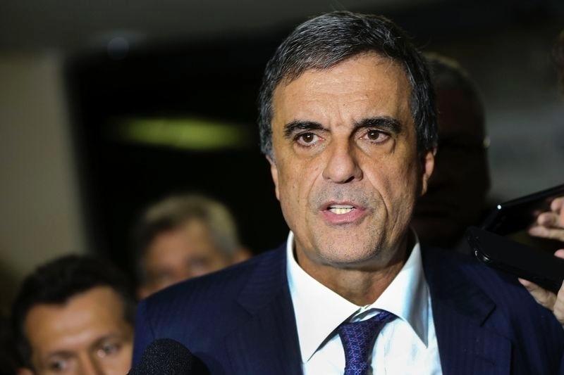 20.abr.2016 - O advogado-geral da União, José Eduardo Cardozo, fala a jornalistas como será a defesa da presidente Dilma Rousseff no Senado, depois de se reunir com senadores e com o ministro da Fazenda, Nelson Barbosa