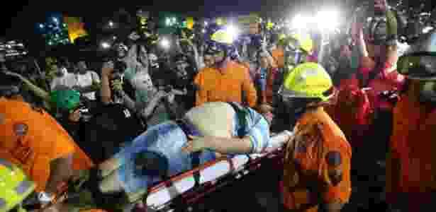 Homem é atendido em maca após PM do DF utilizar força em protesto - Daniel Teixeira/Estadão Conteúdo - Daniel Teixeira/Estadão Conteúdo