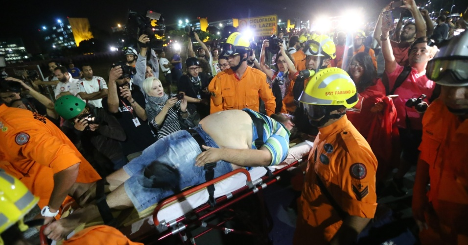 11.mai.2016 - Homem é socorrido após passar mal com bombas e gás atirados pela polícia do Distrito Federal contra manifestantes favoráveis à presidente Dilma Rousseff no gramado da Esplanada dos Ministérios
