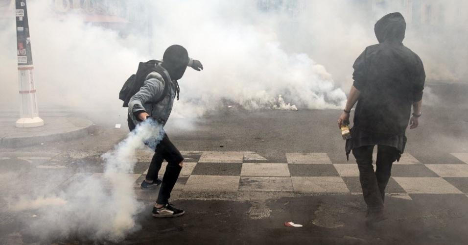 17.mai.2016 - Trabalhadores e estudantes participam de protesto contra a nova lei trabalhista em Paris, na França. Para os sindicatos, o objetivo é reativar o movimento de protesto iniciado há semanas, e que perdeu força na semana passada, com 55 mil manifestantes contabilizados pelas autoridades, contra 390 mil (1,2 milhão em todo o país, segundo os sindicatos) em 31 de março