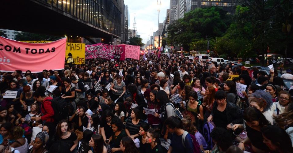 """1º.jun.2016 - Manifestantes se reúnem no vão livre do Masp, na avenida Paulista, em São Paulo, para o ato """"Por todas Elas"""", contra a cultura do estupro e a violência praticada contra as mulheres"""