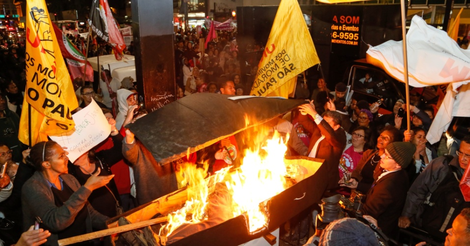 9.jun.2016 - Integrantes da União dos Movimentos de Moradia de São Paulo queimam um boneco representando o presidente interino, Michel Temer, durante protesto em frente ao Masp, na avenida Paulista, em São Paulo