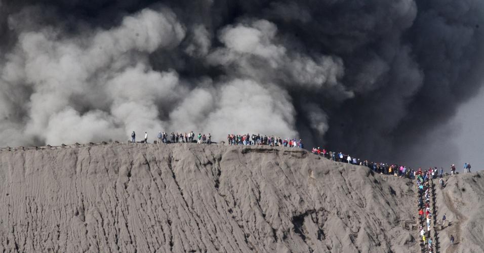12.jul.2016 - Centenas de pessoas foram até a borda externa da cratera do vulcão Bromo, que entrou em erupção próximo à cidade de Probolinggo, na Indonésia