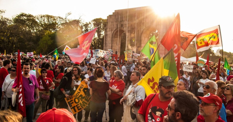 31.jul.2016 - A cidade de Porto Alegre (RS) também teve protesto a favor da presidente afastada, Dilma Rousseff (PT). O grupo se reuniu no Parque da Redenção e entoou cânticos contra o presidente interino, Michel Temer (PMDB)