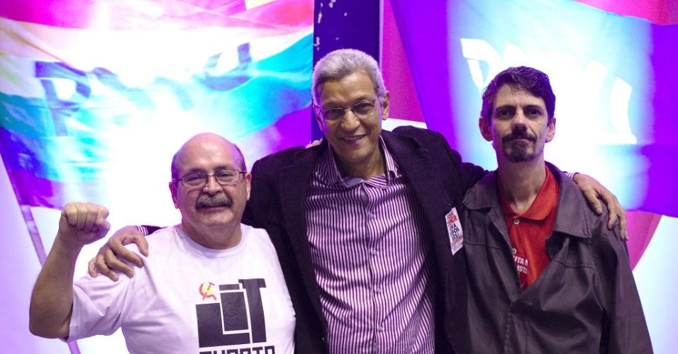8.ago.2016 - Cyro Garcia (centro) o candidato a prefeito do Rio de Janeiro, pelo PSTU. Marília Macedo completa a chapa como vice