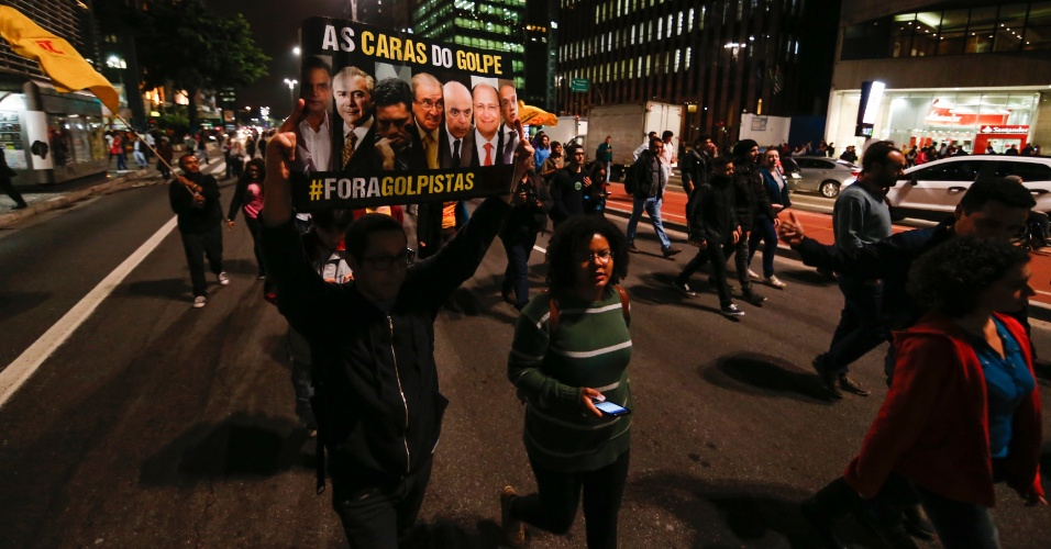 31.ago.2016 - Manifestantes caminham na Avenida Paulista para protestar contra o impeachment da presidente Dilma Rousseff. Dilma foi condenada nesta quarta-feira (31) pelo Senado no processo de impeachment por ter cometido crimes de responsabilidade na condução financeira do governo. O impeachment foi aprovado por 61 votos a favor e 20 contra.