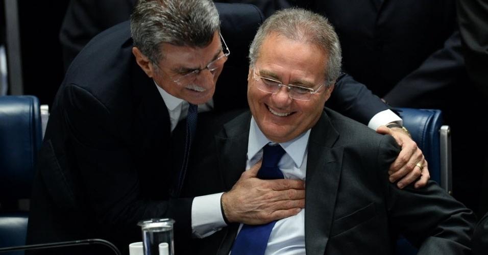 31.ago.2016 - O senador Romero Jucá (PMDB-RR) e o presidente do Senado, Renan Calheiros, se cumprimentam durante sessão que votou pela cassação de Dilma Rousseff da presidência da república. Os senadores decidiram pelo afastamento definitivo por 61 votos a 20, mas mantiveram o direito de Dilma exercer função pública