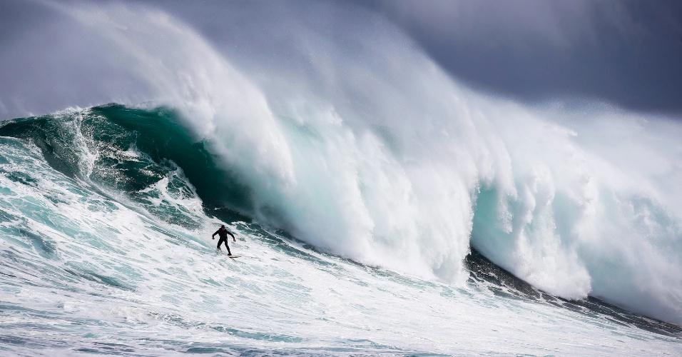 1.set.2016 - Surfista desce em onda no recife de corais Dungeons no Oceano Atlântico, nos arredores de Cidade do Cabo, na África do Sul