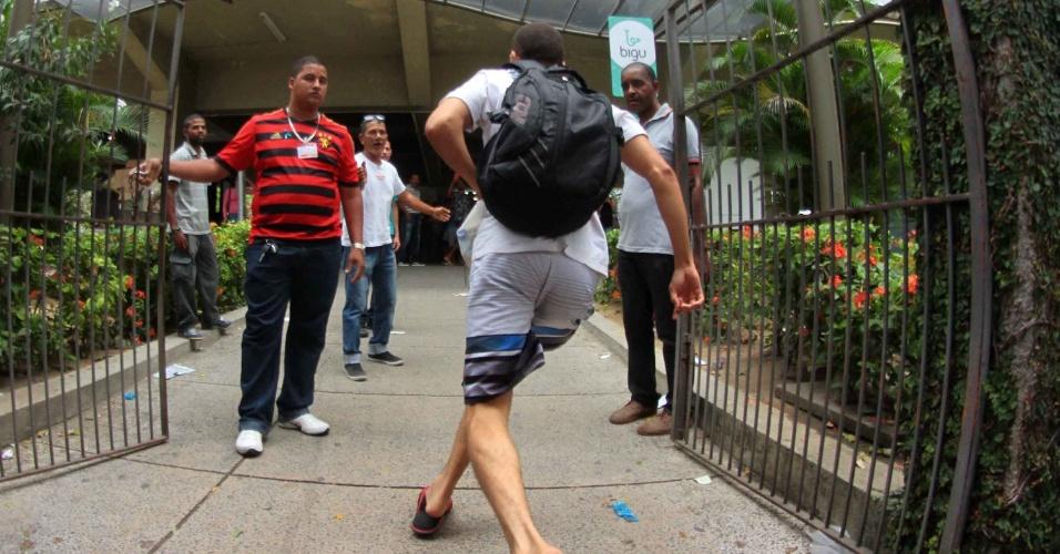 6-nov.2016 - Movimentação de estudantes para a prova do Ensino Nacional do Ensino Médio (Enem) na Universidade Católica de Pernambuco na área central de Recife, PE, neste domingo (6)