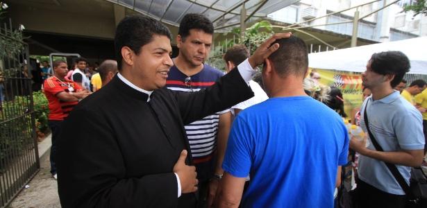 6.nov.2016 - Padre Jurandir dá a bênção a estudantes que chegam no campus da Universidade Católica de Pernambuco (Unicap)
