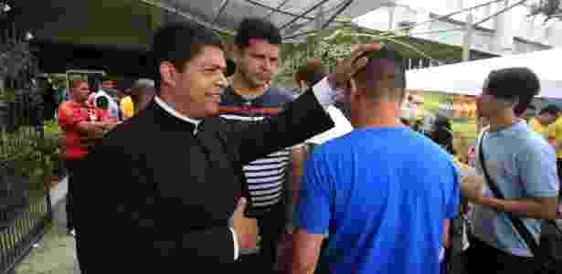 6.nov.2016 - Padre Jurandir dá a bênção a estudantes que chegam no campus da Universidade Católica de Pernambuco (Unicap) - Fernando da Hora/JC Imagem/Estadão Conteúdo