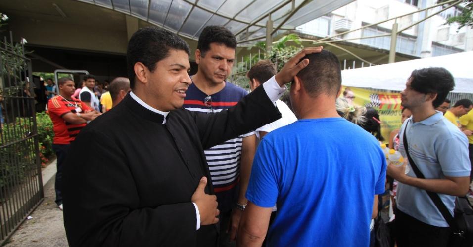 6.nov.2016 - Padre Jurandir dá a bênção a estudantes que chegam no campus da Universidade Católica de Pernambuco (Unicap), neste domingo (6), para o segundo dia de provas do Exame Nacional do Ensino Médio (Enem) 2016