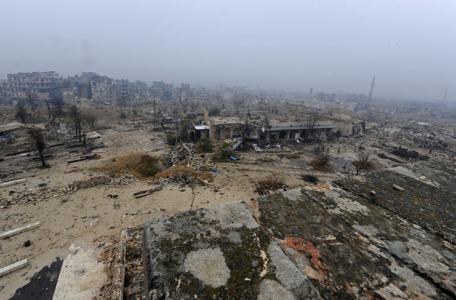 22.dez.2016 - Já em dezembro de 2016, a vista geral da cidade de Aleppo, na Síria, não parece mais um local agradável para passar as tardes e só escombros restaram. A cidade foi classificada como Patrimônio da Humanidade pela ONU (Organização das Nações Unidas), e sua destruição causa grande preocupação para arqueólogos e historiadores