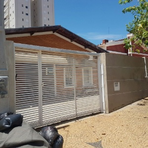 Fachada da casa em que ocorreu chacina em Campinas