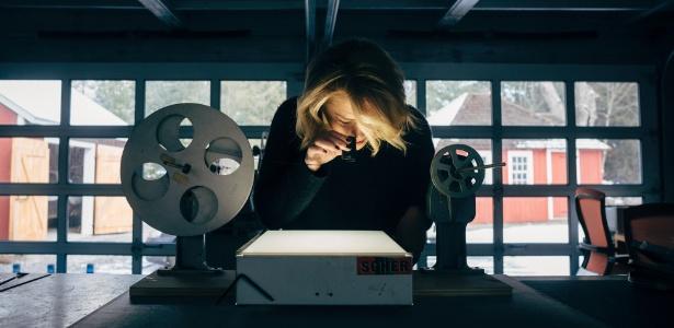 Bonnie Siegler olhar para um filme em 16mm de Marilyn Monroe, gravado por seu avô