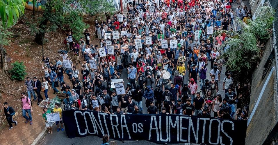 Jovens foram às ruas de São Paulo em repúdio ao reajuste nas tarifas do transporte público em janeiro de 2017