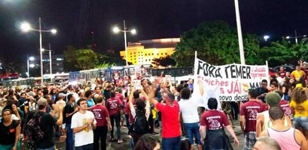 18.mai.2017 - Manifestantes vão às ruas para protestar contra o presidente Michel Temer em Salvador, na Bahia