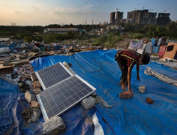Painéis solares no topo de casa em Bangalore, na Índia