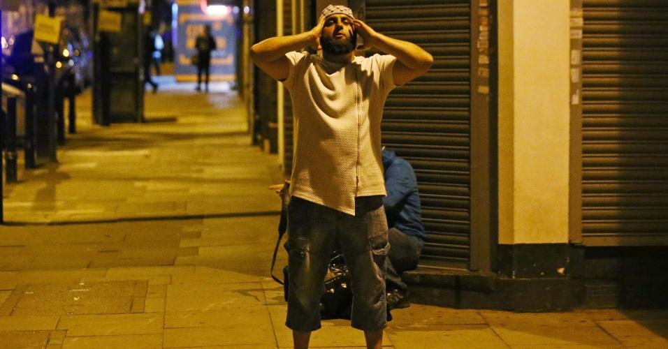 18.jun.2017 - Homem reza após atropelamento em Finsbury Park, no norte de Londres; o acidente aconteceu após o culto em uma mesquita próxima ao local