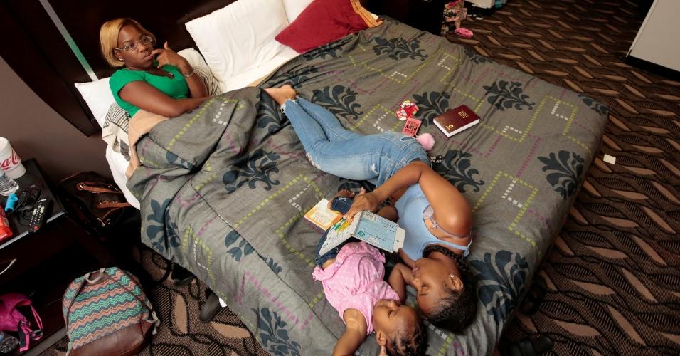 """11.set.2017 - Família se abriga em um hotel de Houston, no Texas (EUA), após ter a casa destruída pelo furacão Harvey. """"Eu sou uma mãe solteira e é difícil perder tudo, mas Deus vai cuidar de nós, não importa o que acontecer. Apenas viva e ame"""", disse Coby Cochran"""
