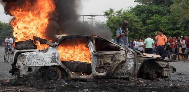 1.dez.2017 - Carro é incendiado em Tegucigalpa durante protesto pela demora na contagem de votos