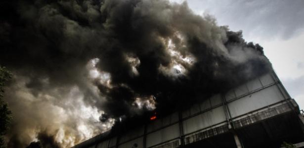 Um depósito de supermercado na avenida Dr. Alberto Jackson Byington, 3.077, em Osasco, na região metropolitana de São Paulo, pegou fogo